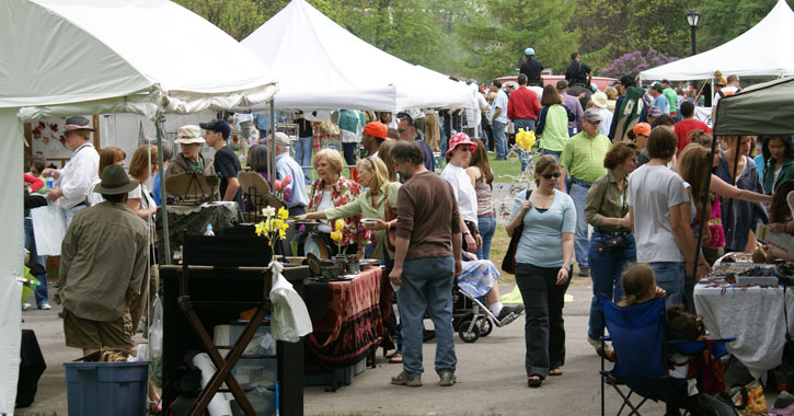 vendors and crowds at Tulip Festival